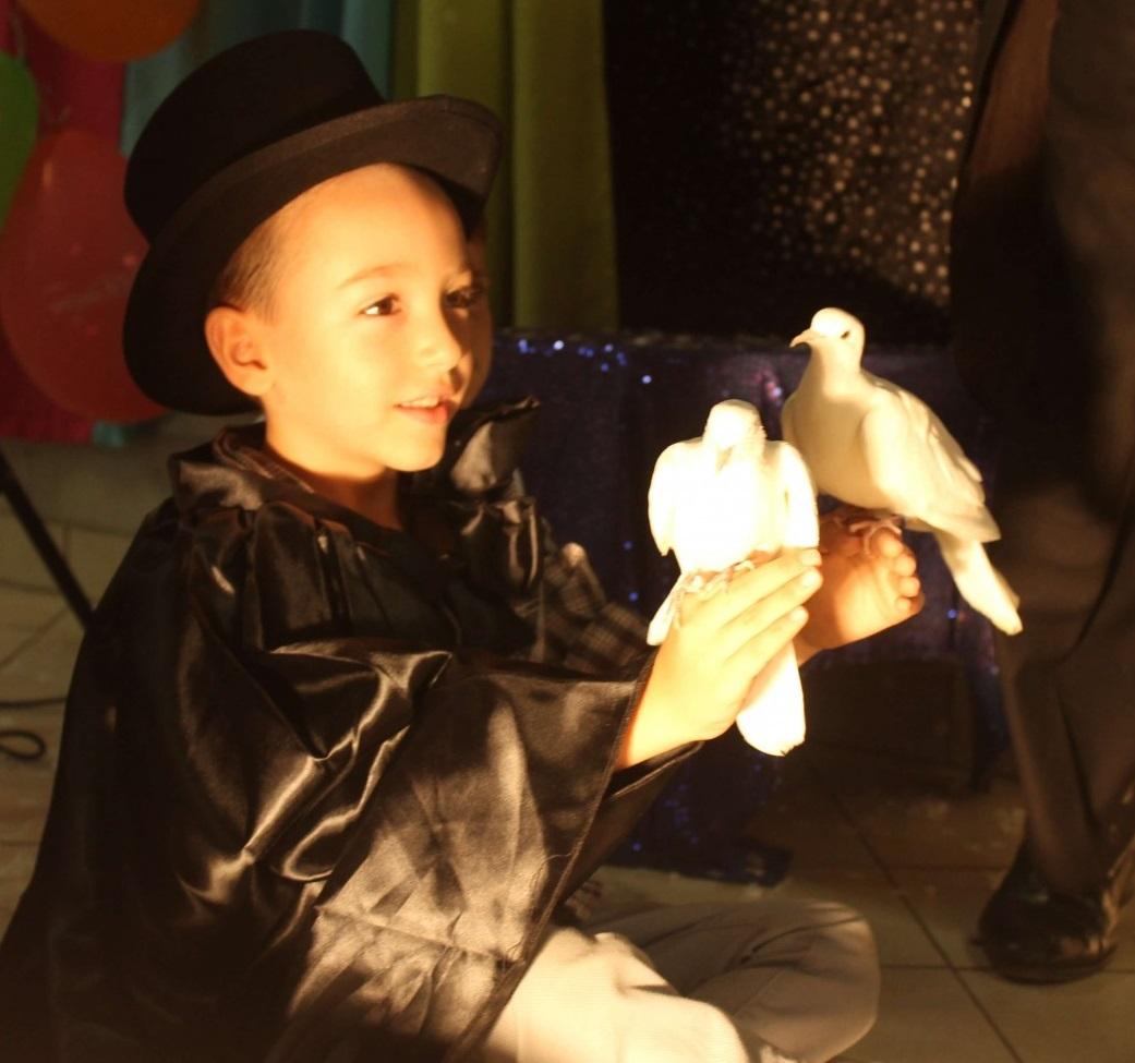 5-річний хлопчик зустрівся із чаклуном та власноруч виконав декілька фокусів